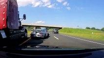 Le conducteur d'une Porsche évite un camion qui va lui rentrer dedans grâce à un réflexe de dingue