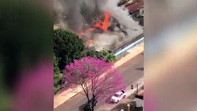 Vídeo mostra imóvel pegando fogo e correria de bombeiros para conter chamas