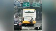 Spiderman der Philippinen: Mann hängt sich an fahrenden Bus