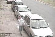 Une femme raye toutes les voitures dans une rue !