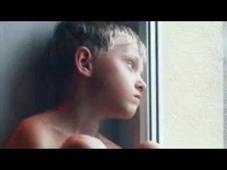 Ce garçon déteste sa mère. Des années plus tard, il reçoit un appel.