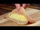 Farcissez le poulet de fromage et refermez le tout. Facile, mais délicieux !