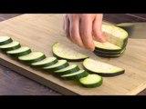 Coupez les courgettes 10 fois et posez-les sur la planche. Ensuite ? C'est magnifique !