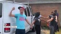 Etats-Unis : des voisins forment une chaîne humaine pour empêcher l'arrestation d'un père et son fils