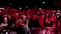 VU - ZAPPING ! Robbie Williams se lave les mains après avoir touché ses fans