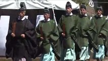 Shinto-Priester segnen Boden mit Sake