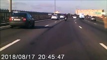 Un automobiliste a un très bon reflexe face à la chute d'un motard