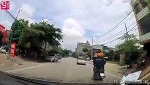 Miracle, la voiture s'arrête juste avant l'enfant qui traverse la route !