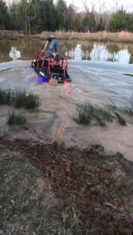 Traverser un étang avec un buggy : mauvaise idée