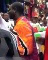 Akon accueilli par une immense foule dans un marché à Lagos au Nigeria