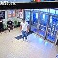 Ce fou sort un couteau dans un commissariat de Brooklyn à New York