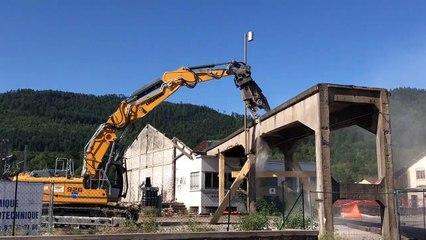 Le travail patient de la croqueuse pour démolir la passerelle de la Meurthe