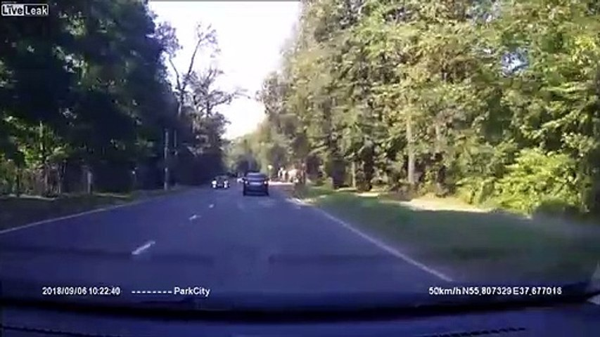 Ce motard se fait couper la route et atterrit sur le toit d'une voiture