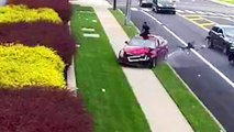 Il sort par le toit ouvrant de sa voiture en marche pour fuir un accident