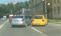 Un policier fait une erreur pendant une course poursuite !