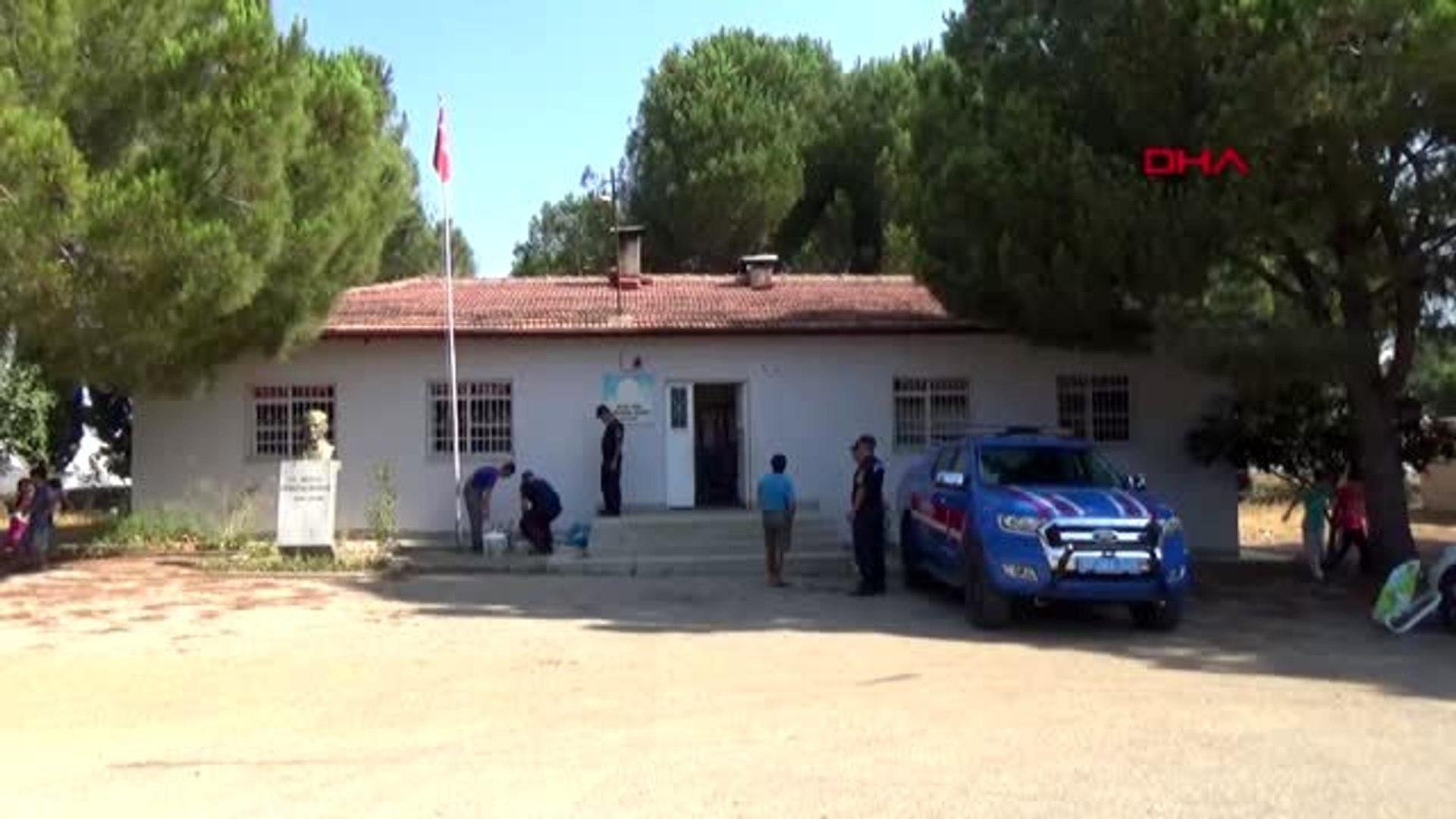 ANTALYA Jandarma personeli okul boyadı