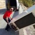 Espagne: Un homme jette un réfrigérateur dans la nature - Les forces de l'ordre l'obligent à venir le récupérer - VIDEO