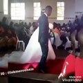 Cet homme est tellement heureux de s'être marié à sa bien-aimée. Regardez sa danse hilarante !