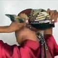 Cette sublime jeune femme nous montre comment réaliser le turban de 3 manières. Regardez !