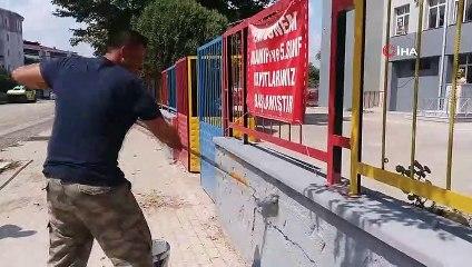 Okul Müdürü Elinde Fırçayla Okulu Boyuyor