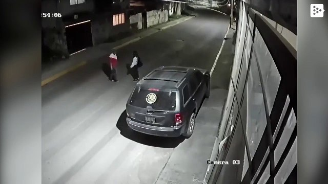 A mototaxista saves a young woman from being violent on a street in Mexico