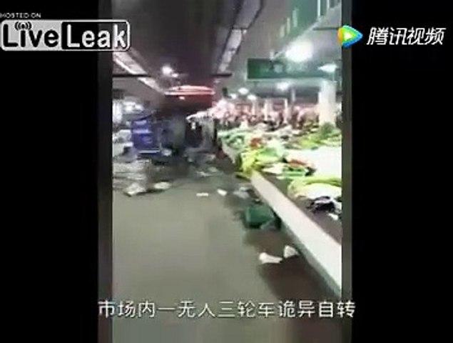 Un chariot hors de contrôle détruit tout dans un supermarché en Chine !