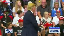 En plein discours dans l'Ohio, le Président américain Donald Trump fait un geste vers des manifestants qui interpelle les réseaux sociaux - VIDEO