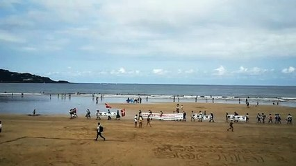 Le défilé des manifestants d'Etxerat sur la plage d'Hendaye