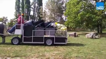 Une voiture hippomobile pour ramasser les déchets