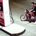 Il cherche les embrouilles à une employée de station service et fini avec sa moto en feu... Bien joué