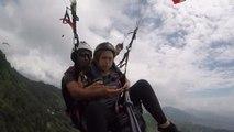 Une touriste vit sa pire expérience de parapente au-dessus de l'Himalaya
