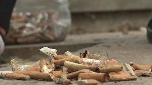 Ramasser les mégots abandonnés: le nouveau défi écolo