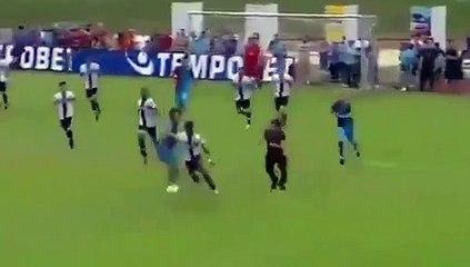 Football - Quand un supporter entre sur la pelouse et essaie de stopper Yann Karamoh...