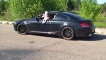 Il s'amuse à sortir son bébé par la fenetre de sa voiture et roule à fond... Dingue