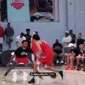 Un jeune joueur sort un crossover à Stephen Curry pour filer au dunk