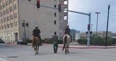 Une photo de deux policiers à cheval menant un Afro-Américain par une corde provoque un tollé aux États-Unis