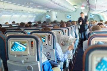 8 hábitos que todos odian cuando viajan en avión
