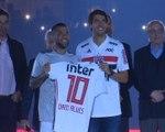 São Paulo - Kaká présente le maillot à Dani Alves