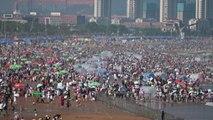 Tutti al mare in Cina nella spiaggia più affollata al mondo