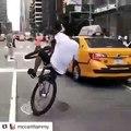 Il roule en roue arrière en plein New York en VTT et prend d'énormes risques