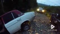 Des russes sortent une voiture du fossé mais ça fini mal