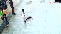 Cet enfant a eu la mauvaise idée de marcher sur une plaque d'égout... Belle gamelle