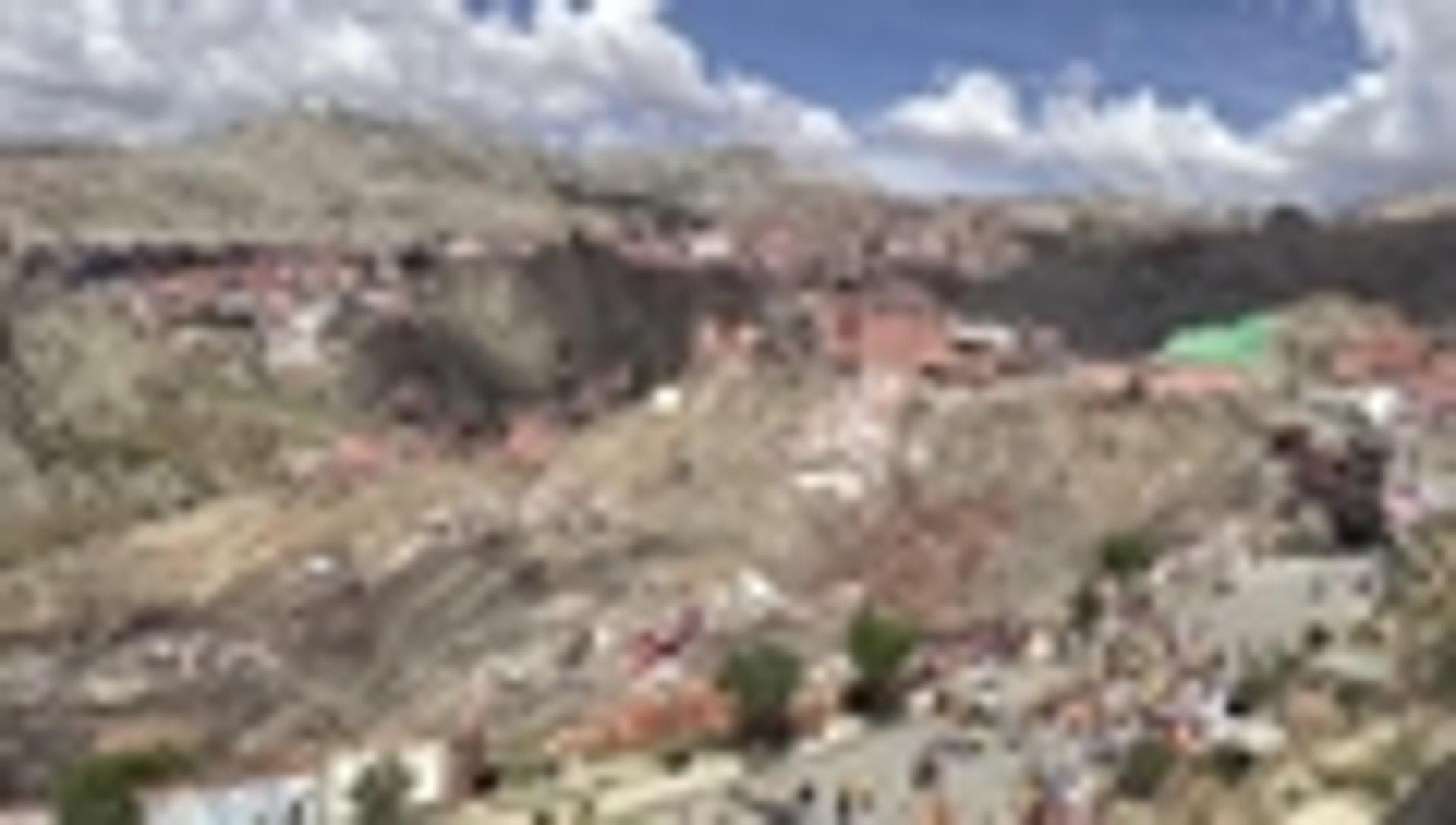 Video: derrumbe deja m√°s de 400 damnificados y casas destruidas en La Paz, Bolivia