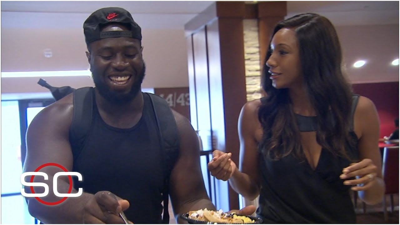 Oklahoma's Neville Gallimore shows Maria Taylor how to make the perfect waffle – SportsCenter