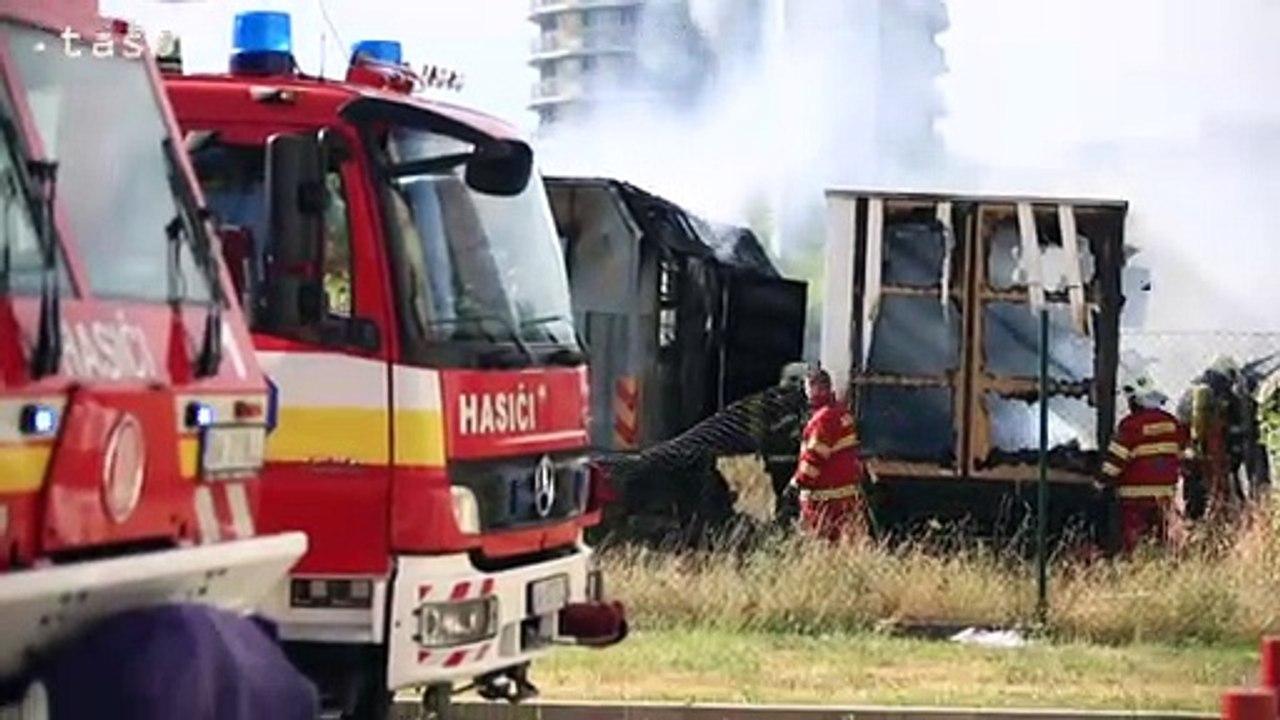 Hasiči zasahujú pri požiari maringotiek v bratislavskom Novom Meste