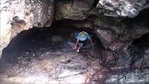 Il entre dans une grotte mais va vite en sortir... Insectes en colère