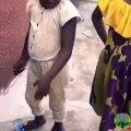 Cet enfant n'a vraiment pas la langue dans sa poche. Ecoutez la attentivement !