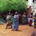 Regardez comment les reines accueillent le groupe TMA selon les rituels béninois. Magnifique !
