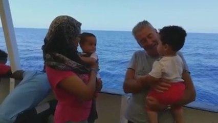 Richard Gere lleva víveres al barco de Open Arms con 121 inmigrantes