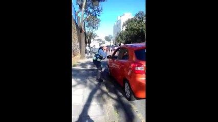 Agente de trânsito de Curitiba usa libras para se comunicar com motorista surdo